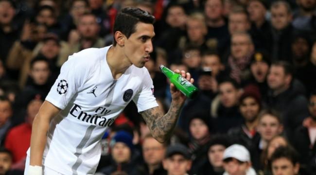 Ди Мария сделал вид, что попробовал пиво, которым в него бросились фанаты  Манчестер Юнайтед (МЮ) - Телеканал Футбол